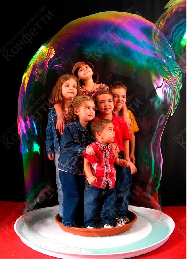 Ребенок в мыльном пузыре фото